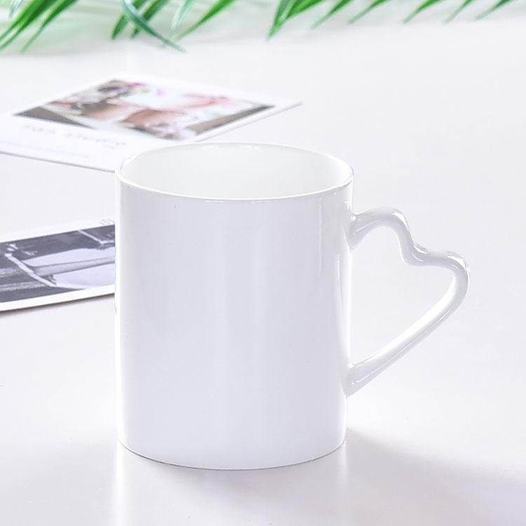 纯白心把陶瓷杯
